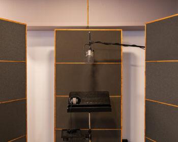 Tonstudio Audioflair Bern - Aufnahmeraum mit Akustik-Trennwaenden in der Aufnahmekabine/der Vocalbooth. Sprecher- und Voiceover Aufnahmen vom Feinsten.