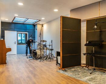 Tonstudio Audioflair Bern. Unser grosszügier Aufnahmeraum mit portablen Akustik-Trennwänden für Aufnahmen aller Art.