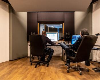 Tonstudio Audioflair Bern. Regie Controlroom Monitore Preamps Mikrophone. Audioproduzenten im Chefsessel