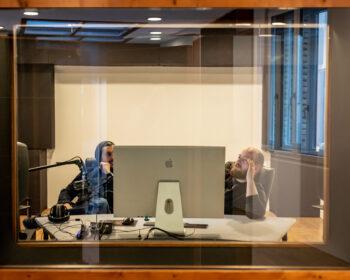 Tonstudio Audioflair Bern - Sicht in die Regie/den Control-Room. Audio-Produzenten bei der Arbeit.