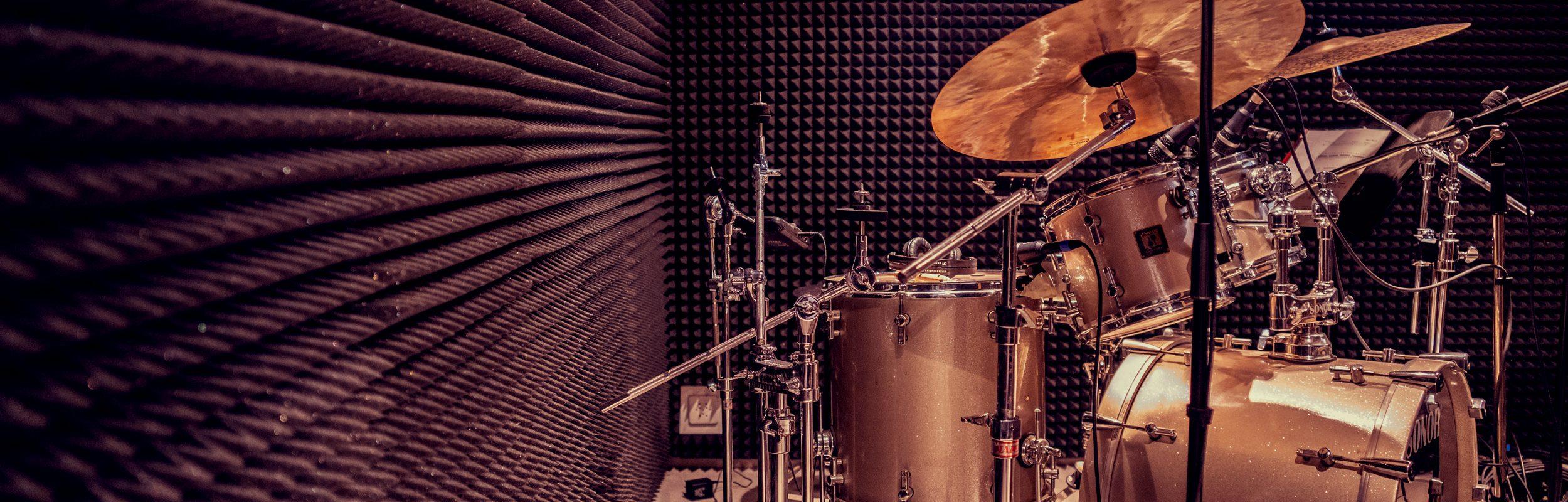 Schlagzeug in Kabine von der Seite