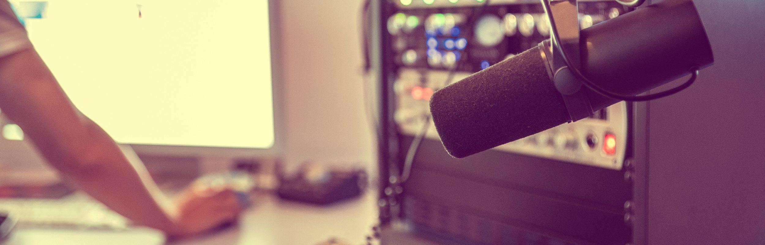 Regieraum mit Mikrofon und Rack