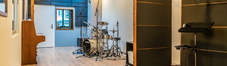 tonstudio-audioflair-bern-aufnahmeraum-akustik-trennwaende-schlagzeug-mit-mikrophon-recordingroom_light